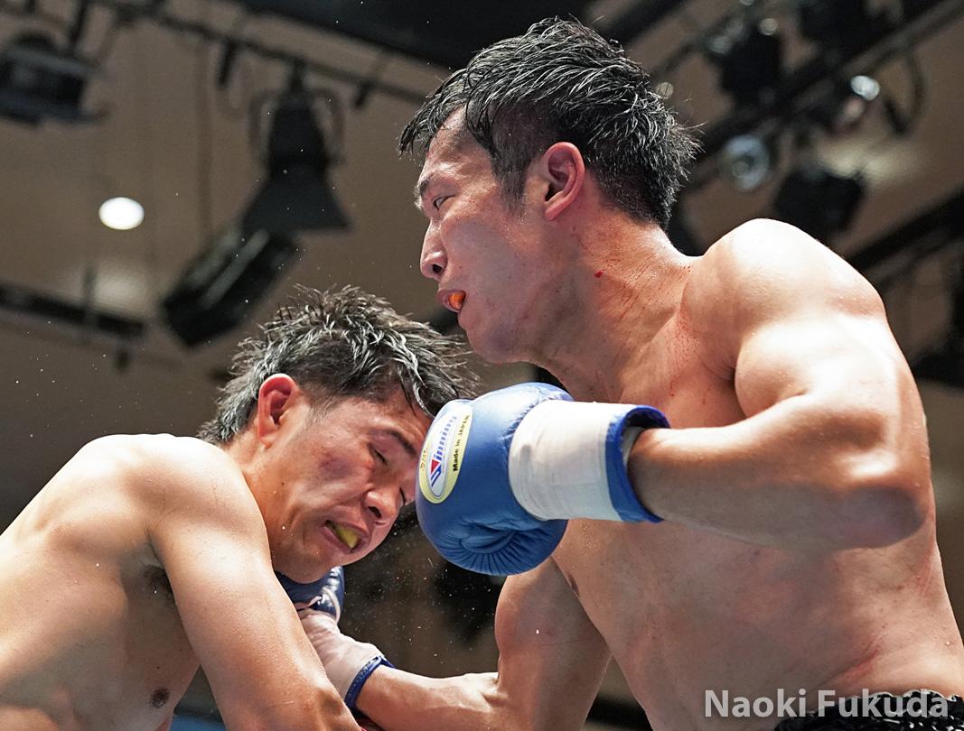 今野 裕介(角海老宝石) vs稲垣 孝(フラッシュ赤羽) Photo by 福田直樹