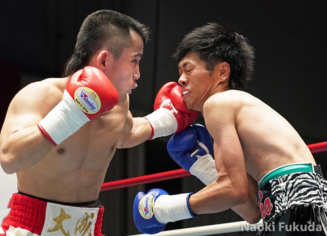 酒井 大成(角海老宝石) vs松本 章(久米川木内) Photo by 福田直樹