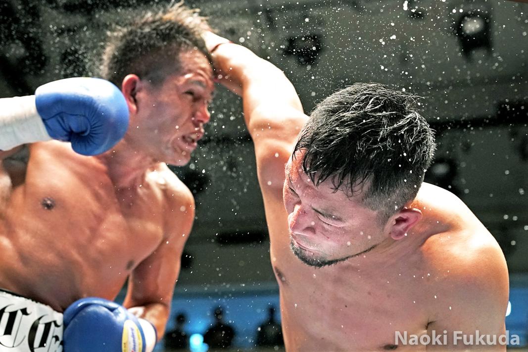 坂本 大輔(角海老宝石) vs越川 孝紀(セレス) Photo by 福田直樹