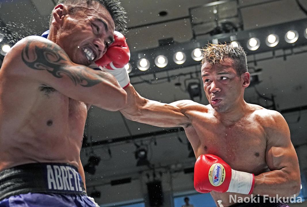 斎藤 一貴(角海老宝石) vs レイ・ラモス(比) Photo by 福田直樹