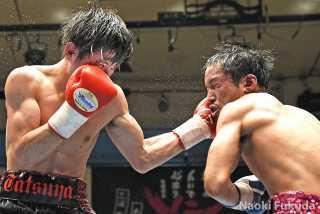 松本 竜也(角海老宝石) vs鈴木 英樹(横浜光) Photo by 福田直樹