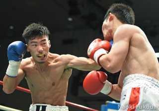 細谷 大希(角海老宝石) vs冨田 真(HEIWA) photo by 福田直樹