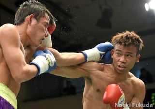 斎藤 一貴(角海老宝石) vsジミー・ボルボン(比) photo by 福田直樹