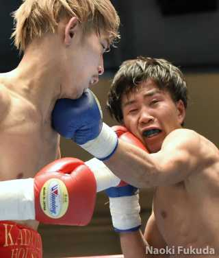 住田 愛斗(角海老宝石) vs花森 成吾(JBS)  Photo by 福田直樹