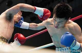 長岡 嶺(角海老宝石) vs平野 伸(青木) Photo by 福田直樹