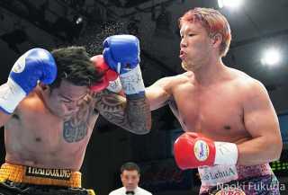 藤本 京太郎(角海老宝石) vsスタット・カラレック(タイ) Photo by 福田直樹