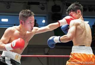 佐藤 剛(角海老宝石) vs近藤 冬真(蟹江) Photo by 福田直樹