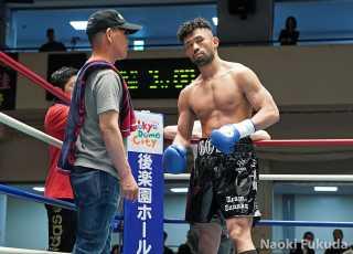 鈴木 基伸(角海老宝石) vs根本 裕也(ヤマグチ土浦) Photo by 福田直樹