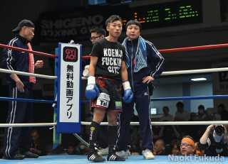 市川 雅之(角海老宝石) vs田中 教仁(三迫) Photo by 福田直樹