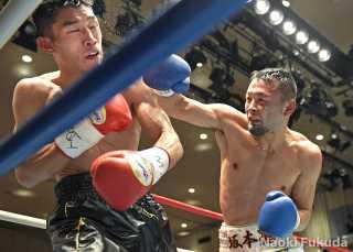 坂本 大輔(角海老宝石) vs有川 稔男(川島) Photo by 福田直樹