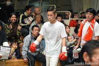 佐藤 剛(角海老宝石) vs亀山 大輝(ワタナベ) Photo by 福田直樹